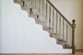 Treppe mit Holzgeländer im Haus St James (Cape Town, Südafrika)