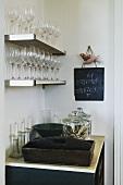 Küchenecke mit Gläsern & Besteck im Haus St James (Cape Town, Südafrika)