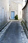 Schmale Gasse in Chablis, Frankreich