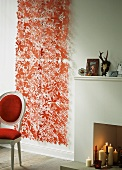 Roter Papiervorhang neben einem Kaminsims