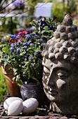 Buddha-Kopf als Gartendeko