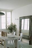 Wohnraum mit rustikalem, Esstisch aus weißem Massivholz, weissen Stühlen & Bodenspiegel mit breitem Holzrahmen