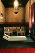 Marokkanisches Wohnzimmer mit Sitzecke, Tischen, Laterne & Chaiselongue