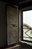 Offene rustikale Fensterladen aus Holz mit Blick nach Aussen