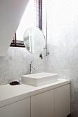 weiße Marmorfliesen und weisse Einbauten im Badezimmer, Schminkspiegel am Fenster