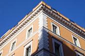 Mediterraner Wohnhaus im klassizistischen Stil mit apricotfarbener Fassade