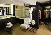 Badraum und offene Ankleide in schwarzer Holzausstattung