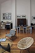 Offener Wohnraum mit Möbeln im Fifties-Stil und Essplatz