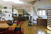 Offener Wohn- und Essraum im ausgebauten Dach mit Möbel im Fifties-Stil
