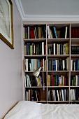 Eingebautes Bücherregal im Schlafraum