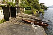 Haus mit Seegrundstück - am Holzboot am Seeufer mit privater Anlegestelle und Bootsgarage