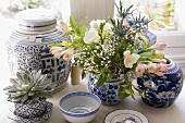 Chinesische Schalen und Gefässe weiss blau bemalt mit Blumen