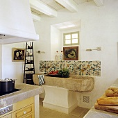 Rustikales Steinbecken in spanischer Landhausküche