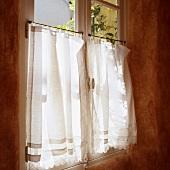 Weisser Vorhang am Fenster