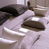 Symmetrische Anordnung der Kissen auf dem Bett