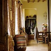 Antike Amphoren am Fenster und Garderobe in Wandnische