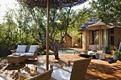 Korbmöbel auf Holzterrasse eines südafrikanischen Hauses