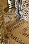 Eingangsbereich im südafrikanischen Haus mit Steinmuster im Boden