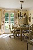 Candle light and a sunny atmosphere at a dining table in a country house