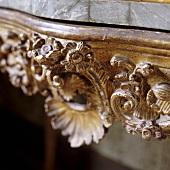 Detail eines Holztischchen - handgeschnitztes Blumenmuster