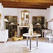 Mediterraner Wohnraum mit rustikaler Holzbalkendecke und Antiquitäten