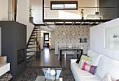Designer-Maisonettewohnung - Kamin im Wohnraum und Galerie mit Treppe