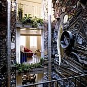 Künstlerisch gestaltete Innenhoffassade mit Einblick in die Wohnung