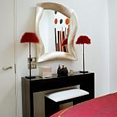 Spiegel und Tischleuchten künstlerisch verfremdet und schwarzlackierte Wandkonsole