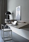 Minimalistische Arbeitsecke - Arbeiten auf der Wandablage mit Designerstuhl