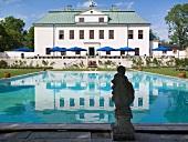 Poolanlage vor renoviertem Schloss mit Terrasse