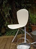 Moderner Klappstuhl aus weißem Holz