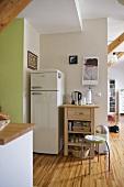 Kühlschrankkombination und freistehender Schneideblock in moderner offener Küche