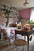 Antiker Holztisch und Metallstuhl mit Polster im romantischen Wohnraum