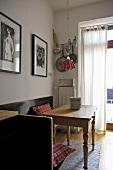 Eckbank und rustikaler Holztisch im modernen Esszimmer