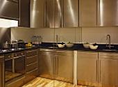 Moderne Küche mit Edelstahlschrankfronten