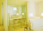 Hotelzimmer im Designerstil mit Bad ensuite