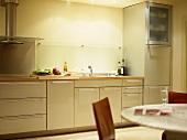 Küchenzeile mit Edelstahlschrankfronten im Designerstil