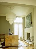 Stilmix im Wohnraum von Retro Deckenleuchte über kubischen Holztisch zu Bauhausstuhl