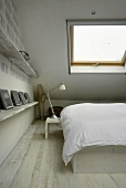 Schlafraum unter Dach mit Dachfenster