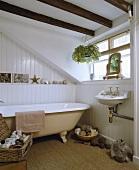 Badezimmer mit freistehender Badewanne, Balken an der Decke und Naturfaser-Teppich