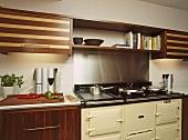 Hängeschränke aus Nussbaum und Ahorn in moderner Küche