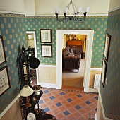 Aufsicht auf eine traditionelle Diele mit Fliesen und grüner Wandtapete