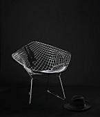 Diamond Chair von Harry Bertoia - Designer Schalenstuhl aus Metall, und ein schwarzer Hut