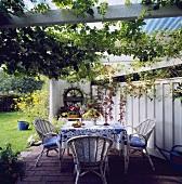 Gartenmöbel auf einer Terrasse im Garten