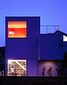 Neubauhaus mit raumhohen Fenstern in Abendstimmung, Juicy Haus, Tokio, Japan