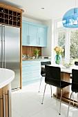 American-style in moderner Küche mit Kühl-Gefrierkombination