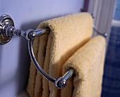 Handtuchhalter mit apricotfarbenen Handtüchern