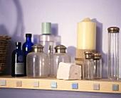 Sammlung von antiken Glasflaschen mit silbernen Verschlussdeckeln