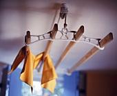 Traditioneller Wäscheständer unter Decke befestigt auf Rollen