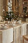 Weihnachtlich gedeckter Tisch und ein Tannenbaum